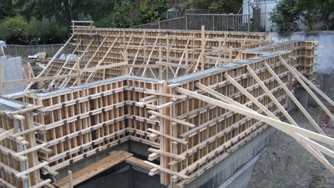 formwork-around-concrete+wall-plus-shoring