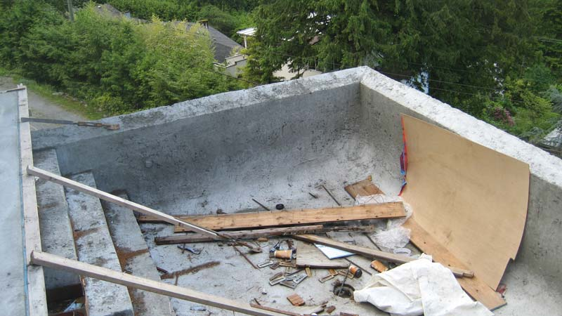 INFINITY-EDGE-POOL-CONCRETE-ROUGH-POUR-CORNER-AND-STEPS