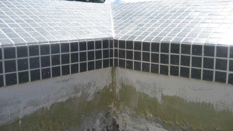 infinity-edge-pool-tiled-corner-close-up-2