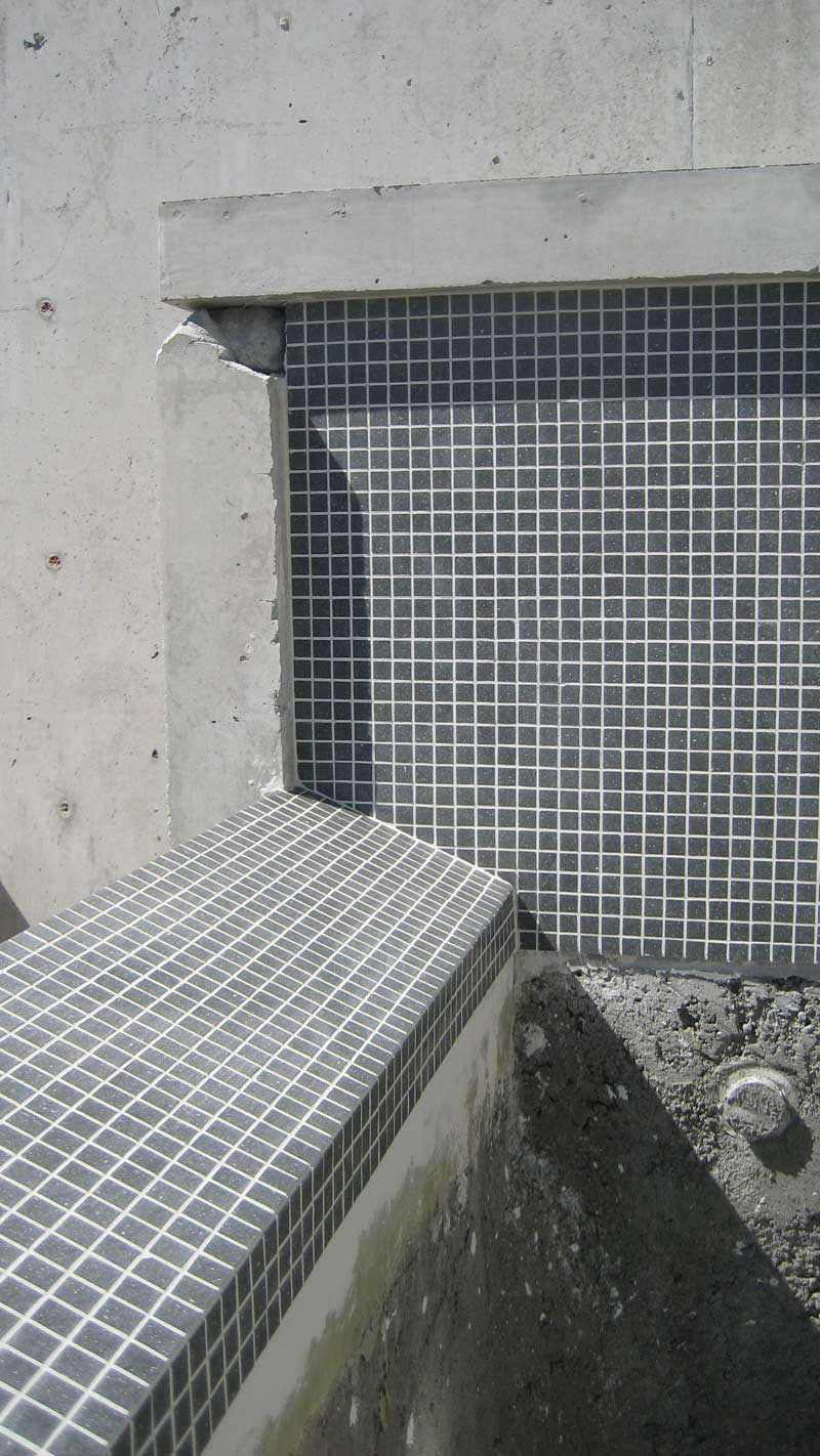 infinity-edge-pool-tiled-corner-wall-close-up