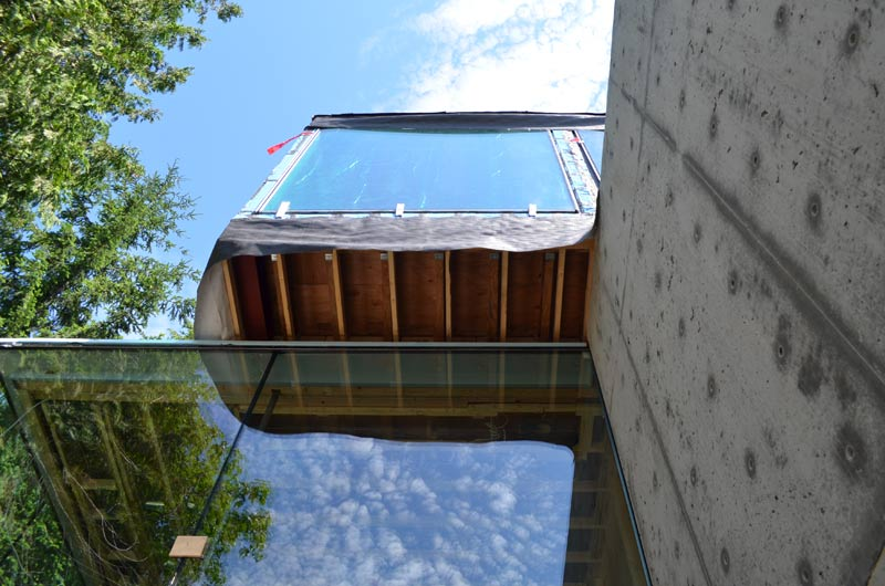 CANTILEVERED-GLAZED--BOX-AT-CONCRETE-OVERVIEW
