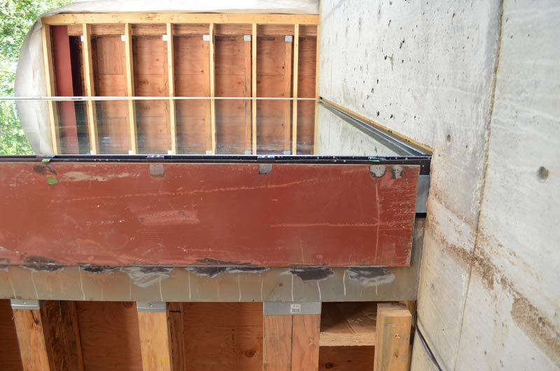 GLAZED-CANTILEVER-BOX-AT-CONCRETE-STEEL-SHELF-SUPPORT