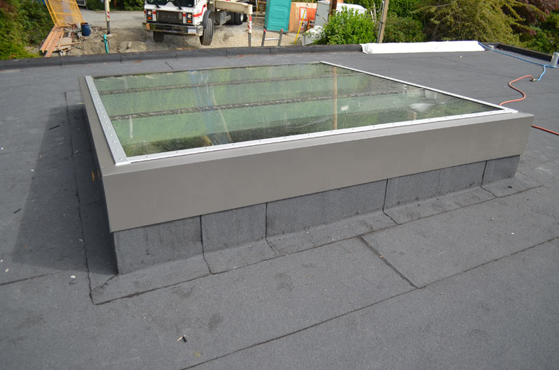LOW-SLOPE-SKYLIGHT----CURTAIN-WALL-FRAME------CAPLESS-----FLASHING-OVER-CURB
