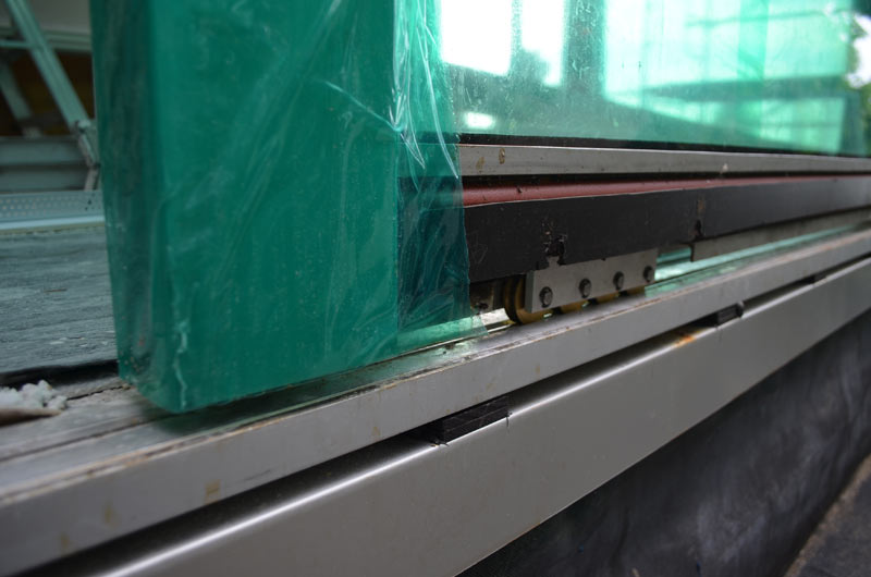BOTTOM-TRACK-SLIDER-DOOR---DETAIL-DOOR-SILL-CONDITION-----TRACK-WHEELS