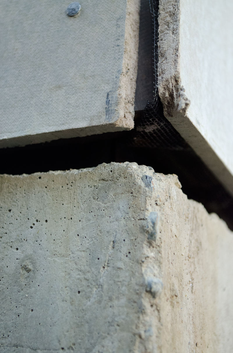 HARDIE-CEMENTITIOUS-PANEL-CORNER-CLOSE-UP-DETAIL-OVER-CONCRETE
