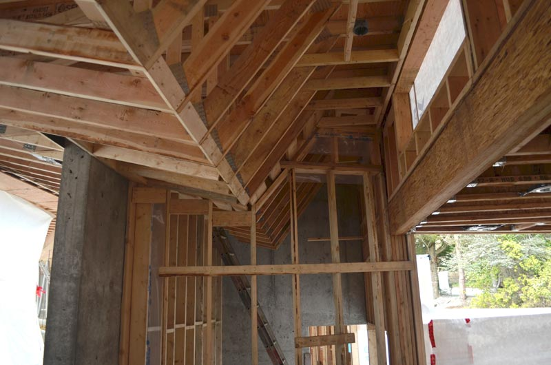 profiled-ceiling-bulhead-and-truss-framing-in-a-modern-residential-house