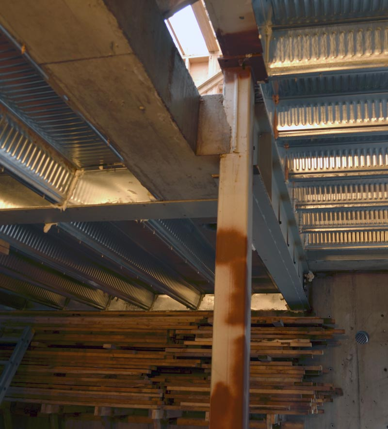 detail---compound-connection-between-concrete-beam,-steel-beams,-HSS-steel-columns-and-q-deck